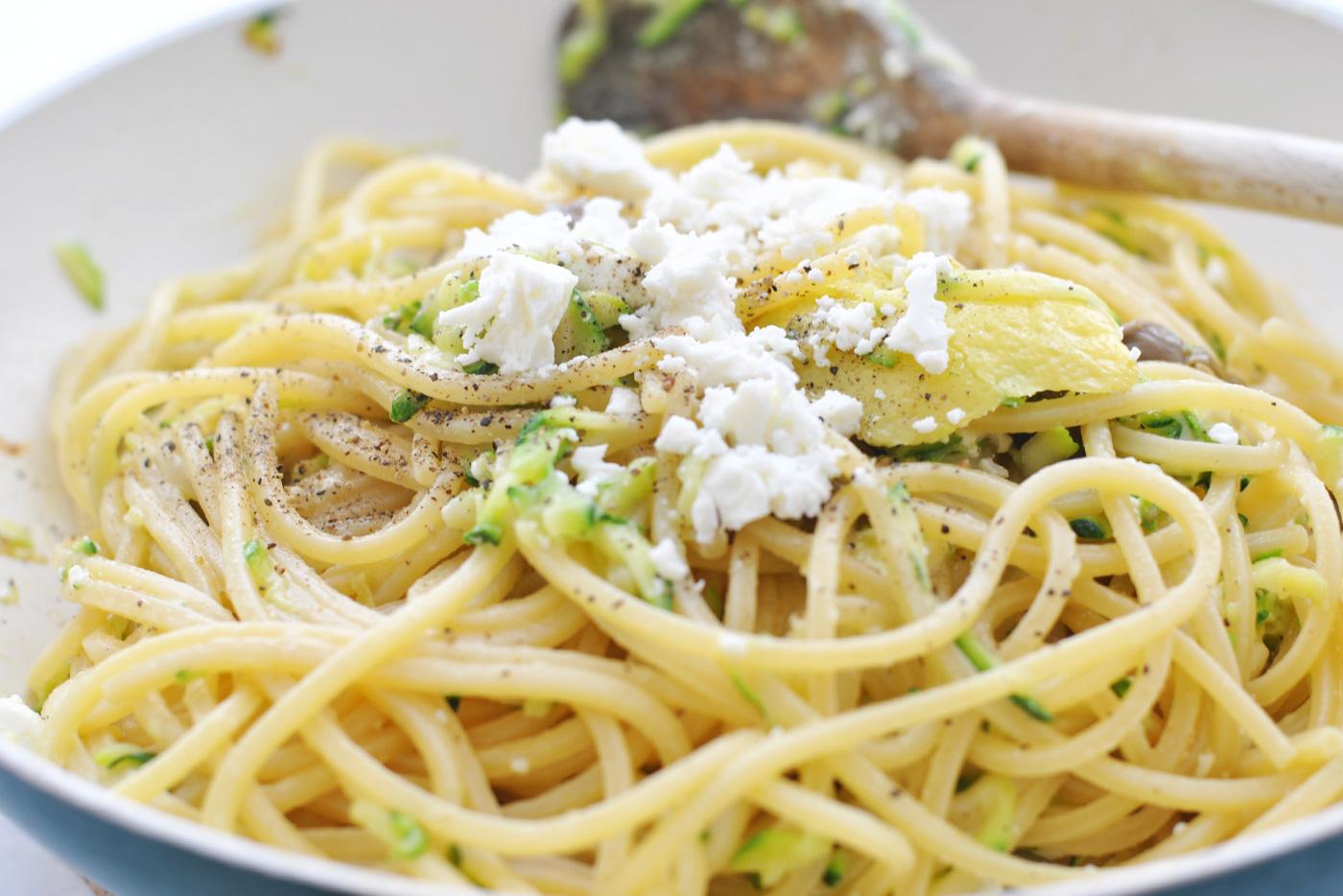 spaghetti con zucchine capperi limone feta