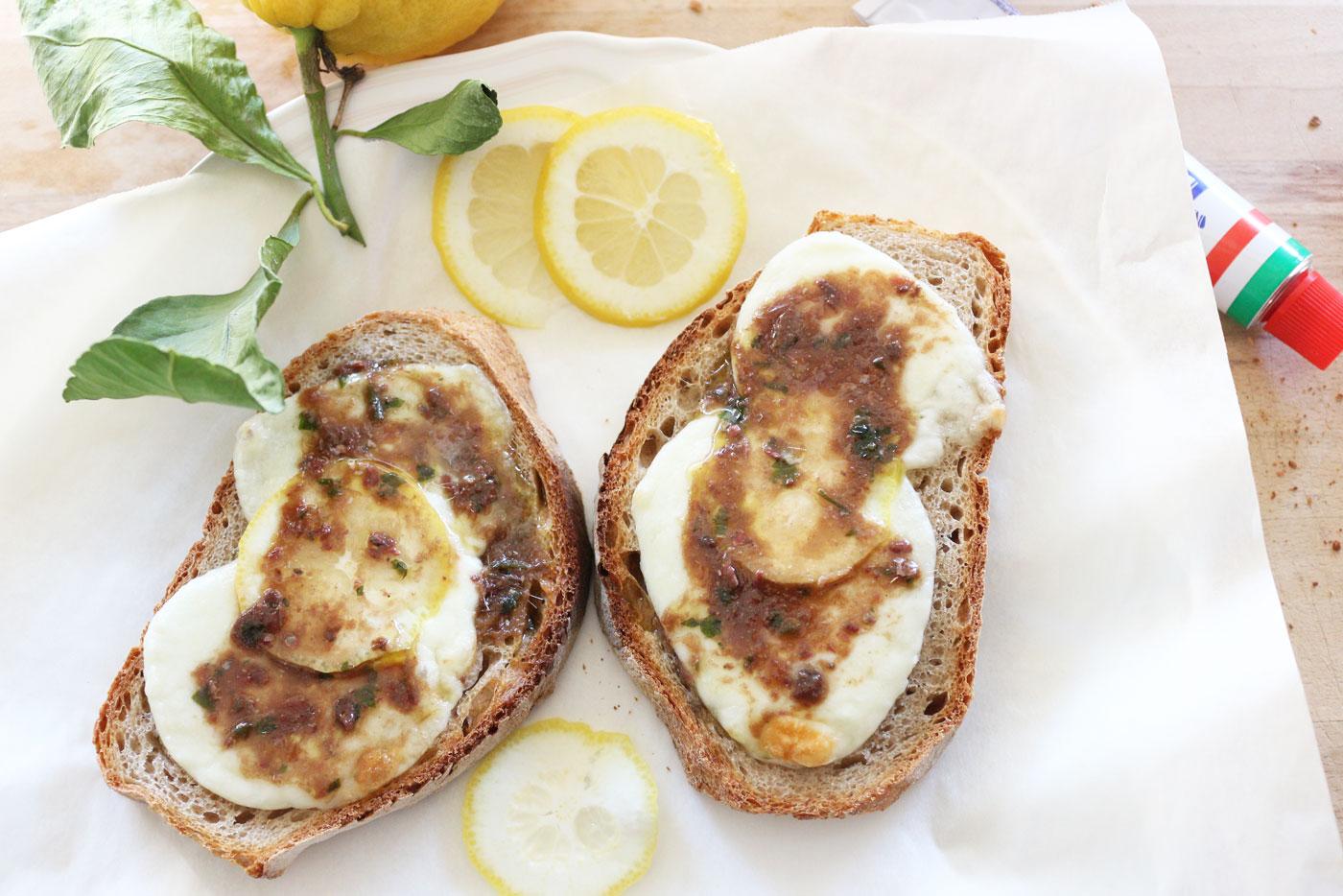 Bruschette-mozzarella-alici-limone